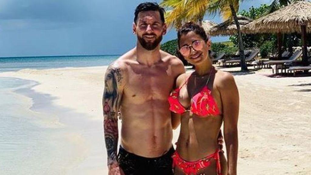 El apasionado beso de Leo Messi y Antonella Roccuzzo en Ibiza: el argentino se muere de amor