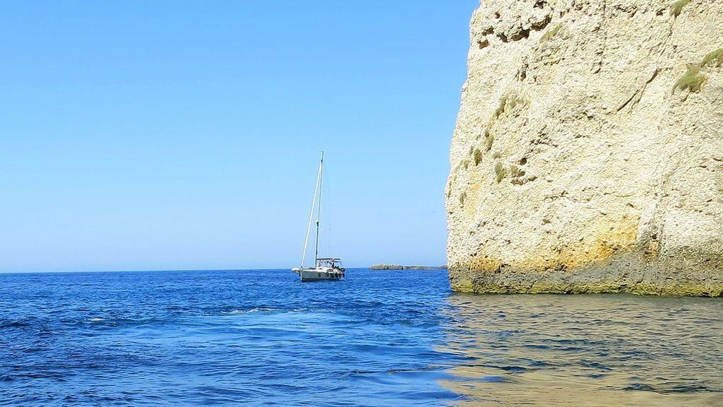 Una playa siciliana, dos hombres y una certeza: se puede viajar en el tiempo navegando en velero