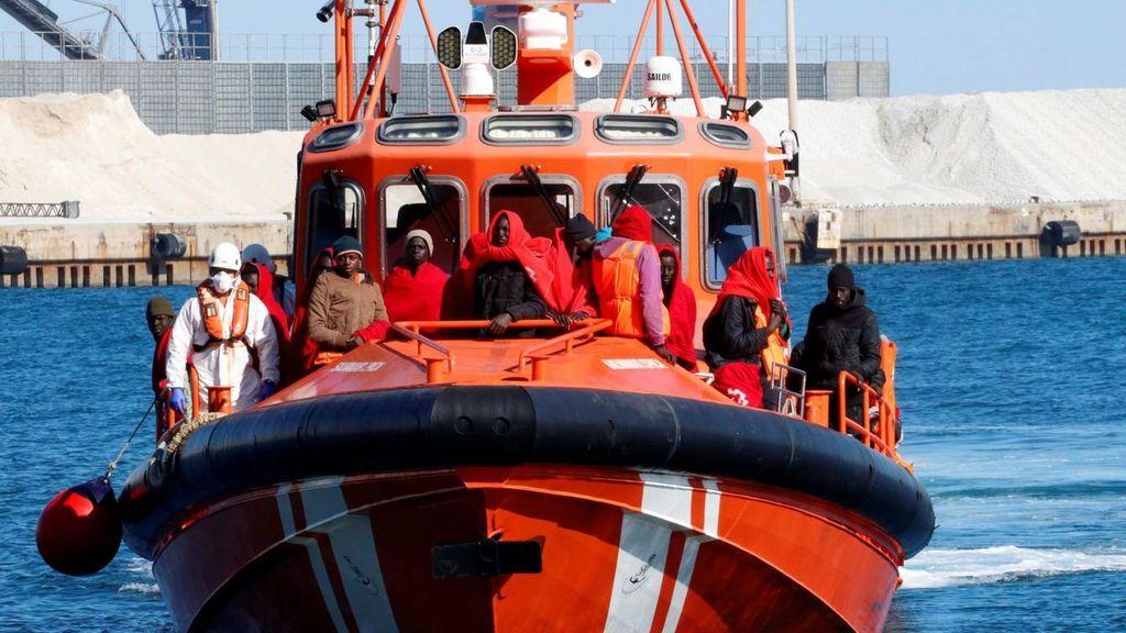 Rescatan una patera en el Estrecho con 59 personas a bordo, entre ellas 51 menores