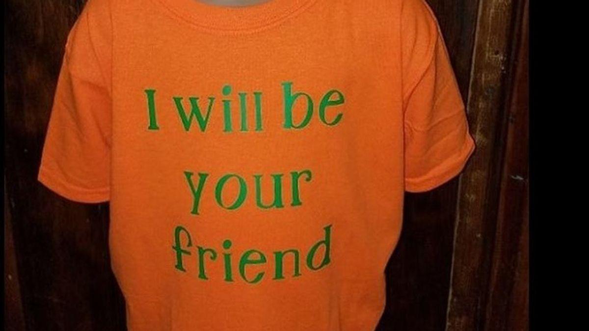 """""""Seré tu amigo"""": un niño viste una camiseta para combatir el acoso escolar entre compañeros"""