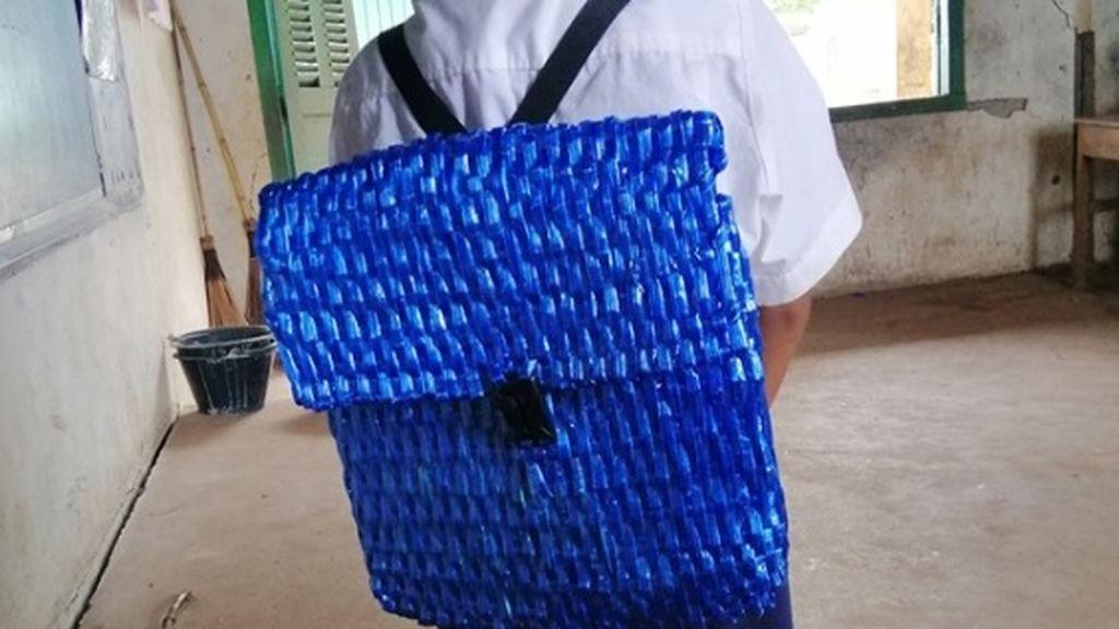 La triste pero emotiva historia de un padre sin recursos: le teje una mochila a su hijo porque no tiene dinero para comprarle una
