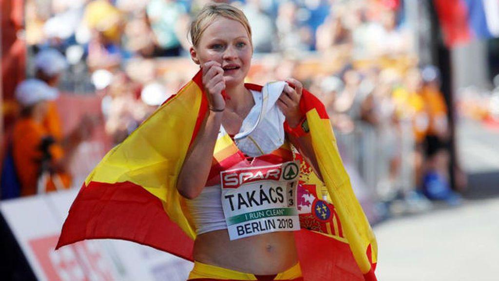 La atleta española Julia Takacs huye corriendo de un acosador mientras se entrenaba