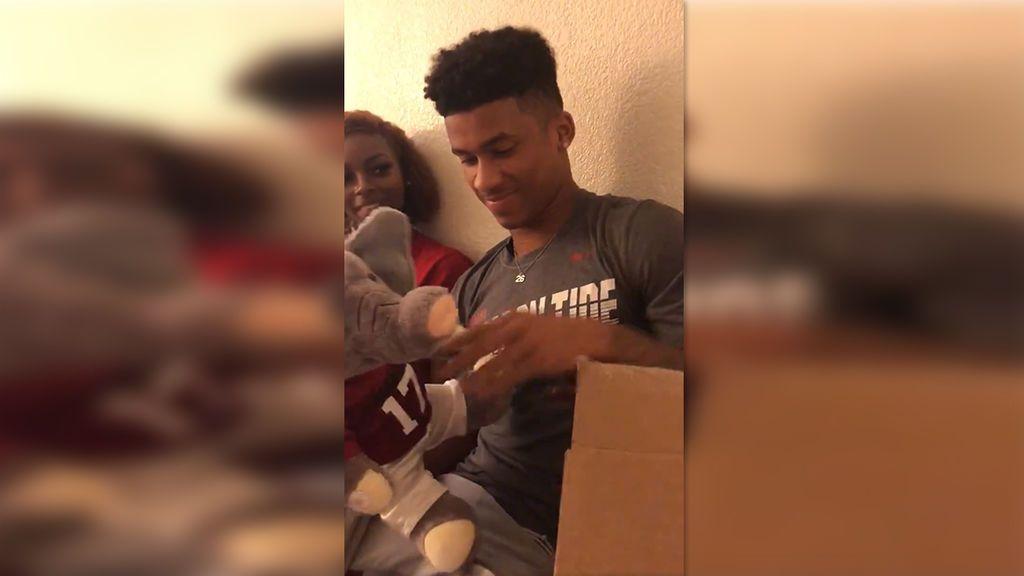 Un jugador de fútbol americano pierde a su padre y su novia le regala un peluche que reproduce sus últimos gritos de ánimo