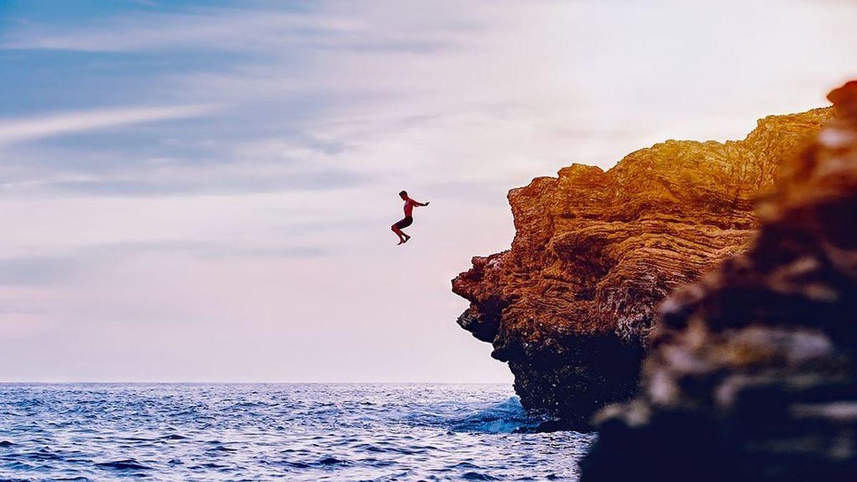Un hombre muere tras lanzarse al agua desde una roca en una playa de Chiclana (Cádiz)