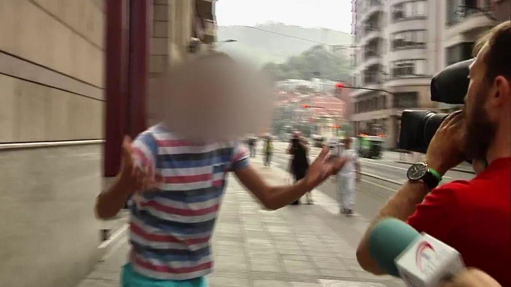 Uno de los acusados de 'La Manada de Bilbao' se encara con un cámara al salir del juzgado