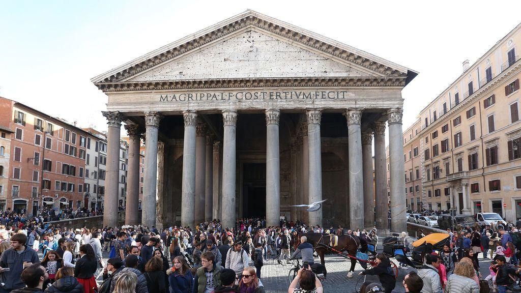 """""""2019, señores"""": prohíben a una joven entrar al Panteón de Roma por el vestido que llevaba"""
