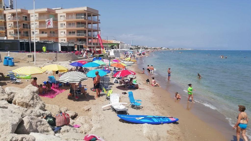 Vecinos de Dénia claman por la falta de arena en la playa de Les Deveses