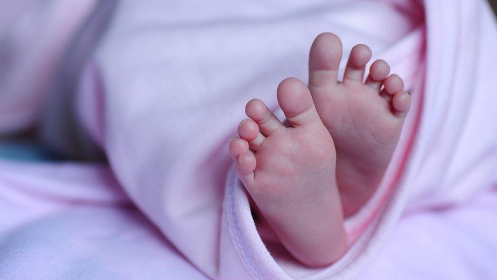 Detienen a una pareja por envenenar a su bebé y tirarla en una bolsa desde un tercer piso en Tailandia