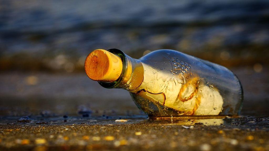 Un profesor de Nueva York recupera una botella que lanzó al mar hace 47 años para un experimento