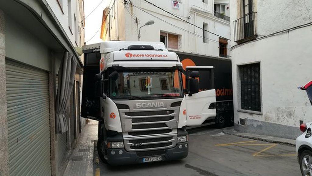 Un camión de gran tonelaje se ha quedado atrapado en las calles de Sant Pol de Mar, Barcelona