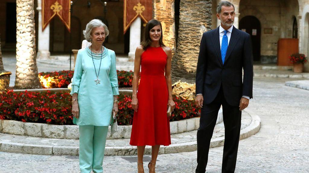 El rey Felipe VI, junto a la reina Letizia y la reina Sofía,  en el Palacio de la Almudaina