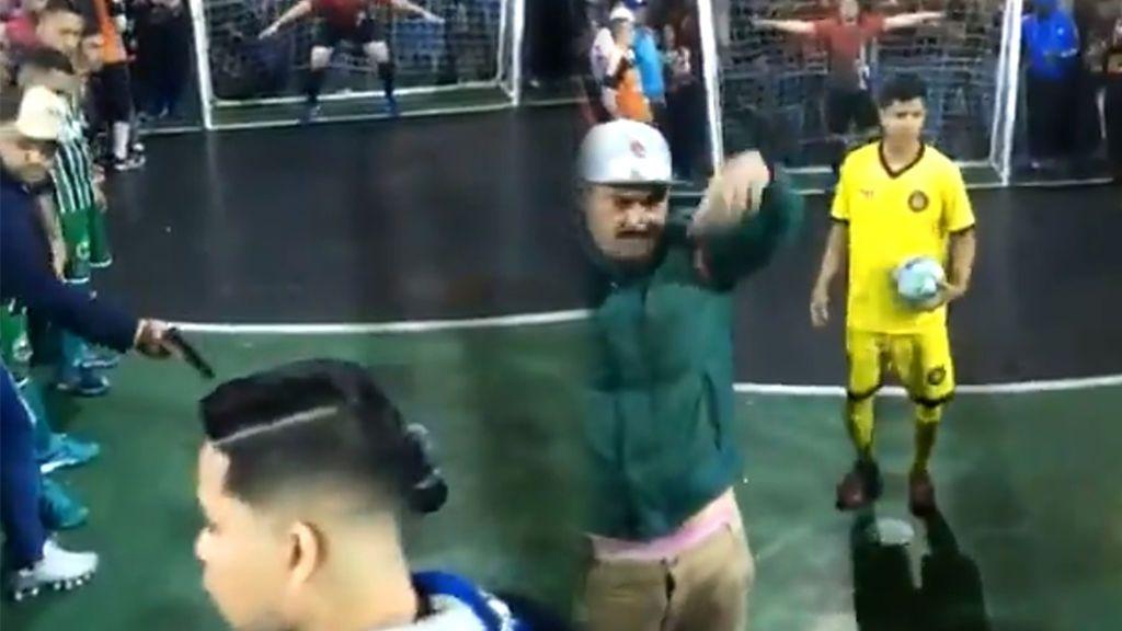Un jugador de futsal tira el penalti decisivo mientras le apuntan con una pistola: el futbolista acabó fallando
