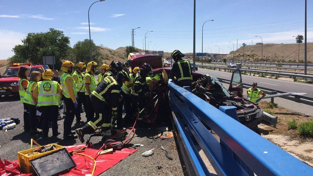 Un aparatoso accidente tráfico en Madrid deja un hombre muerto y dos menores heridos