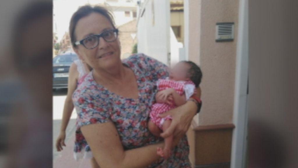 Ángeles , la vecina que se encuentra a un bebe recién nacido dentro de una bolsa en la puerta de su casa