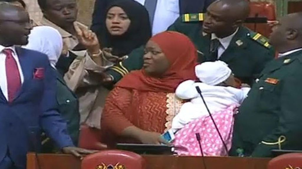Ordenan abandonar el pleno a una parlamentaria de Kenia por ir a la sesión con su bebé