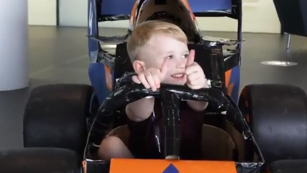 McLaren regala un 'coche de Fórmula 1' a un niño que jugaba a ser piloto con cajas de cartón