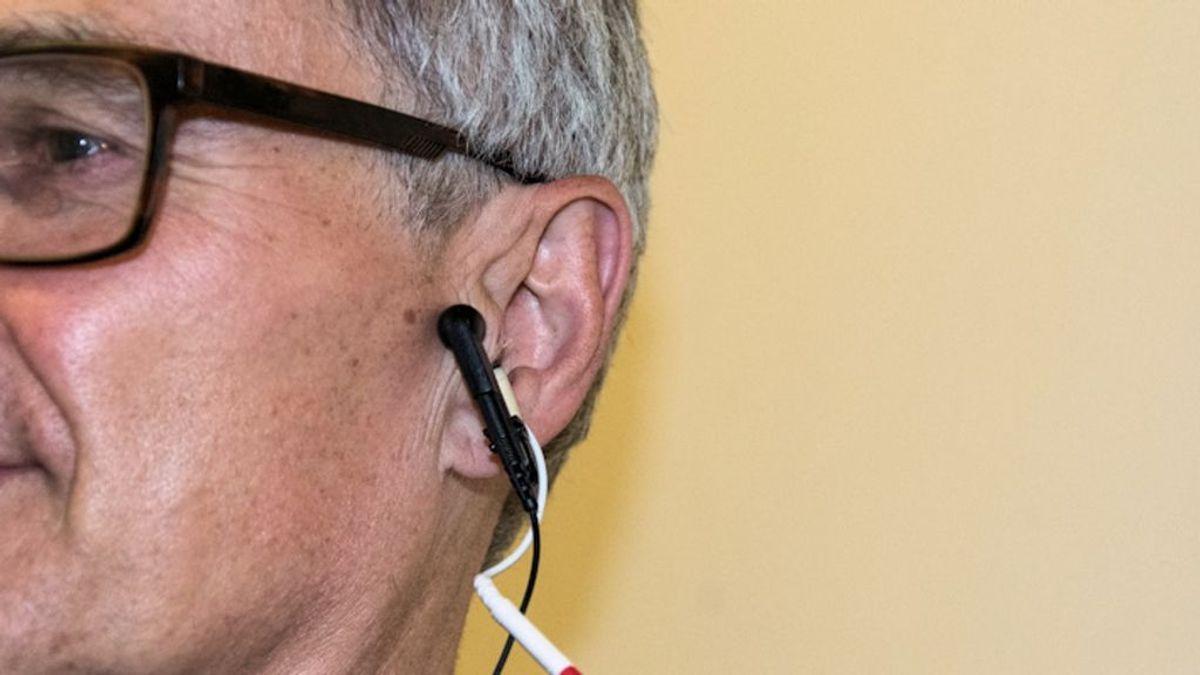 Prueban una nueva terapia de cosquillas en el oído para retrasar el envejecimiento