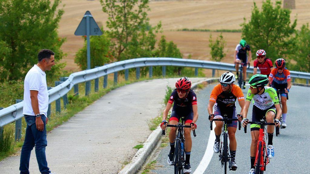 """Los ciclistas de la Vuelta junior a Pamplona alucinan al ver a Miguel Induráin animarles sentado en un quitamiedos: """"Qué grande es"""""""