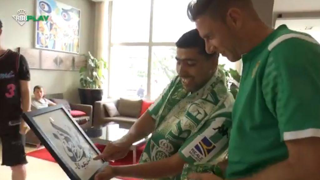 """Joaquín no puede contener la risa al recibir un exótico regalo de parte de dos aficionados marroquíes: """"Qué bueno por favor"""""""
