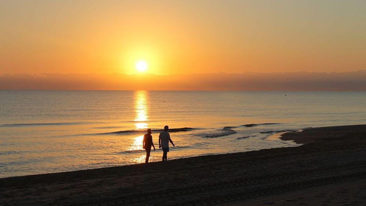 Caminar descalzo por la playa: los beneficios y perjuicios de uno de los placeres del verano