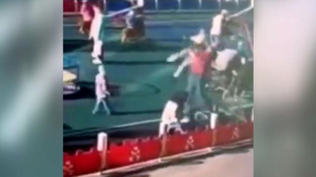 Estampa contra el suelo al menor que acaba de atropellar en bicicleta a su hijo en Rusia