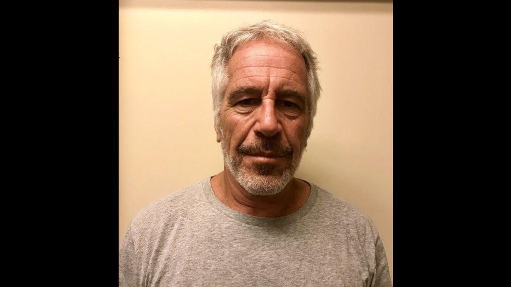 El multimillonario Jeffrey Epstein se ahorcó en su celda sin que estuviera vigilado bajo alerta de suicidio