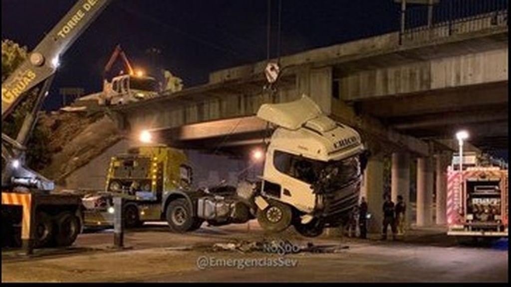 Un camión se precipita desde un puente de 6 metros de altura en una avenida de Sevilla
