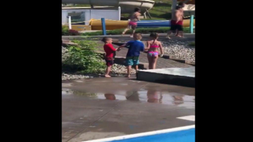 El vídeo viral de dos niños que ayudan a su amigo con parálisis cerebral
