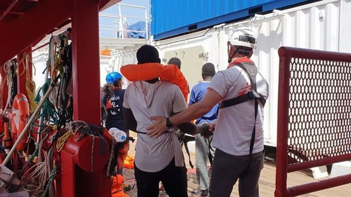 """MSF pide un puerto seguro para no """"prolongar el trauma"""" de los rescatados por el 'Ocean Viking'"""