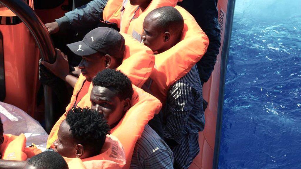 El Ocean Viking rebasa ya el nivel de carga de pasajeros tras salvar a 81 personas más
