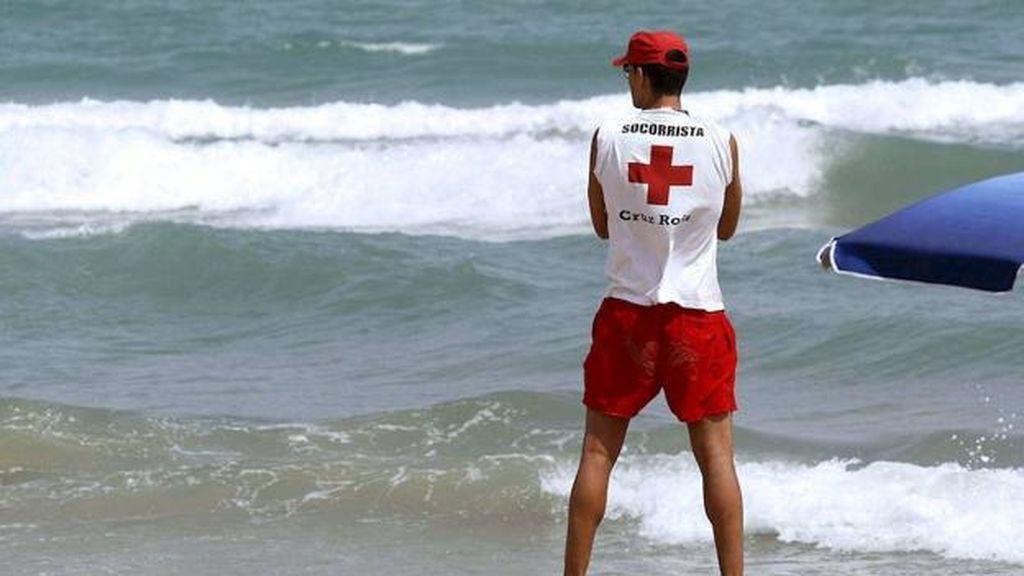Rescatan a un niño de tres años a punto de ahogarse en una playa de Orihuela