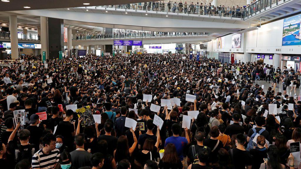 """El aeropuerto de Hong Kong cancela todos los vuelos por las protestas que Pekin tacha de """"terroristas"""""""