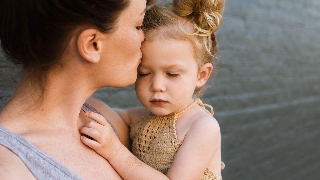 La ciencia explica por qué mayoría de las madres cargan a sus bebés en el lado izquierdo