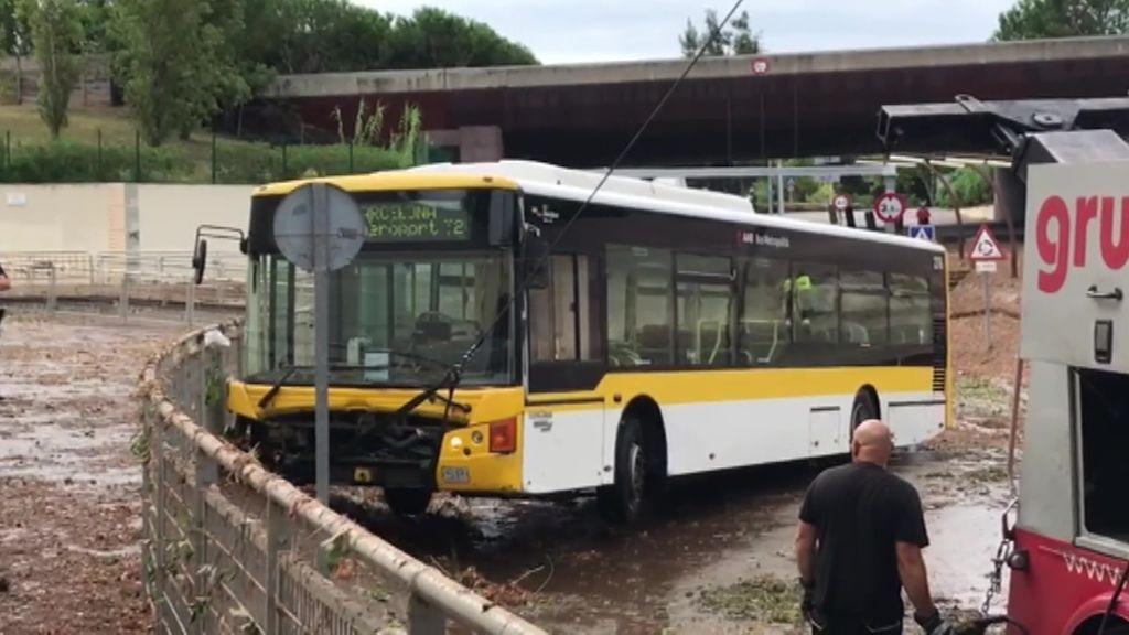 Rescatan a los pasajeros de un autobús urbano inundado por las fuertes lluvias en Casteldefels