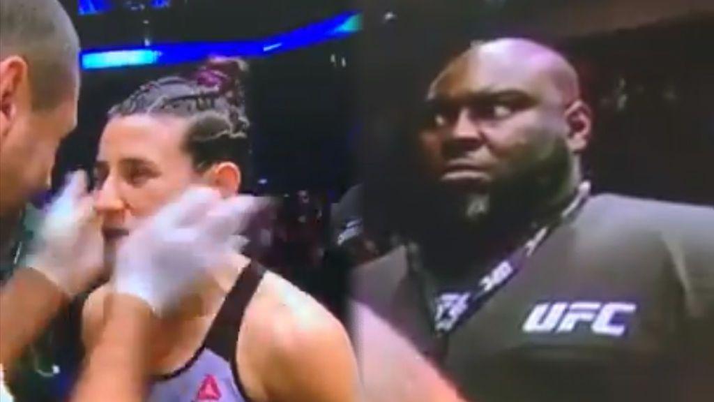 La cara de susto de un guardia de seguridad en la UFC cuando un entrenador motiva a su luchadora dándole golpes