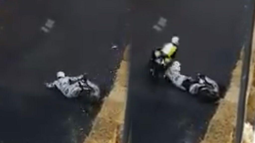 El casco le salva la vida a un piloto español después de que una moto le golpeara la cabeza