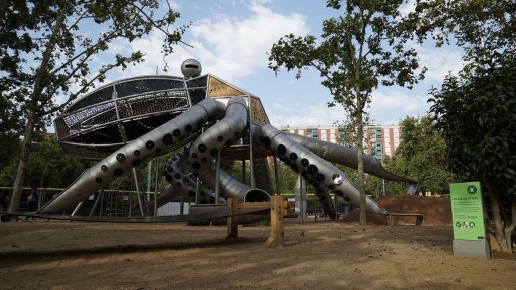 Toldos y árboles para arreglar un parque nuevo en Barcelona con toboganes que queman y no resbalan