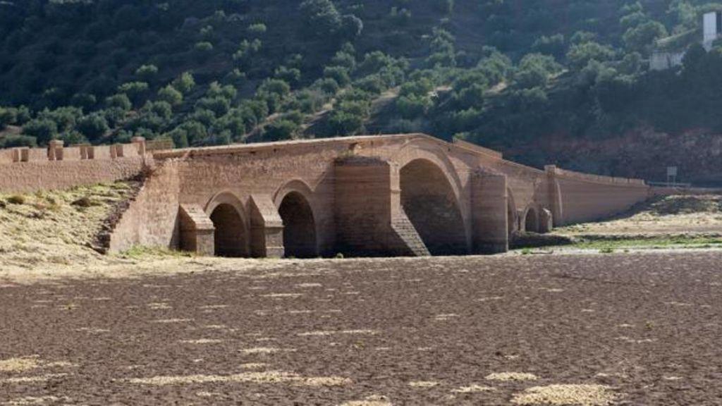 La sequía saca a luz el puente renacentista de Ariza en el pantano de Giribaile, en Jaén