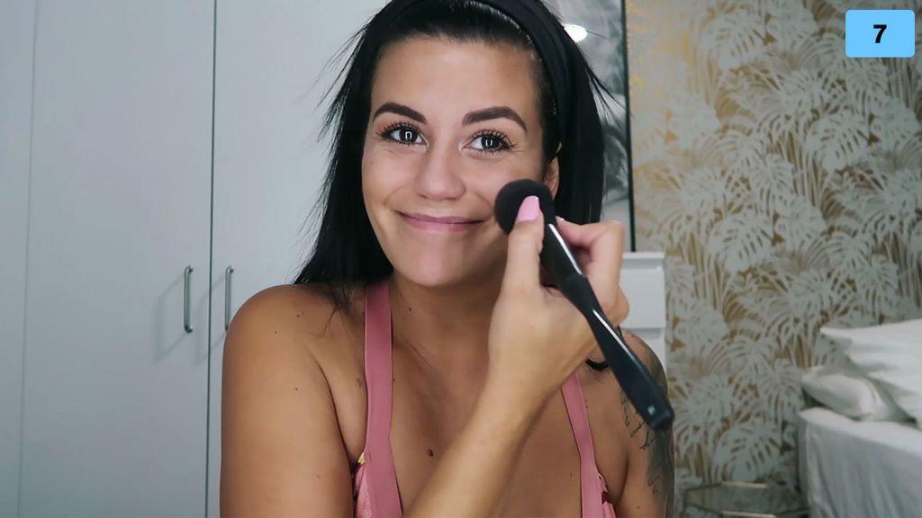"De cara lavada a diva total, Lola enseña su maquillaje estrella: ""Tardo 10 min"" (1/2)"