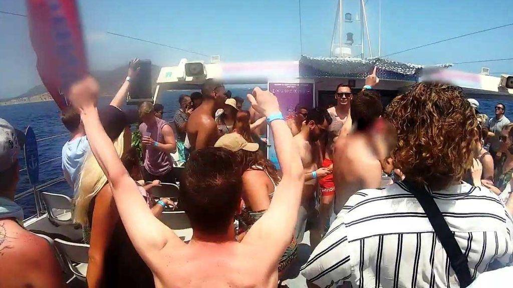 Vómitos, mareos y agotamiento: Así termina una fiesta en alta mar en Ibiza