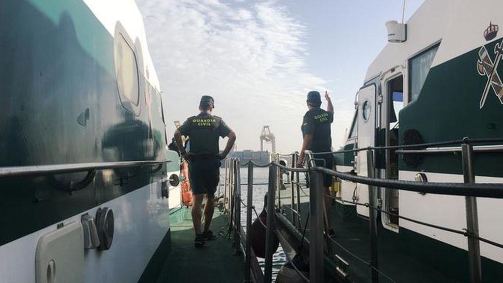 Interceptan a dos presuntos MENA en una tabla de surf cuando llegaban a Ceuta