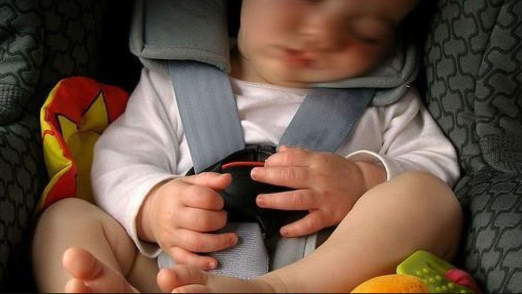 niño sillita coche
