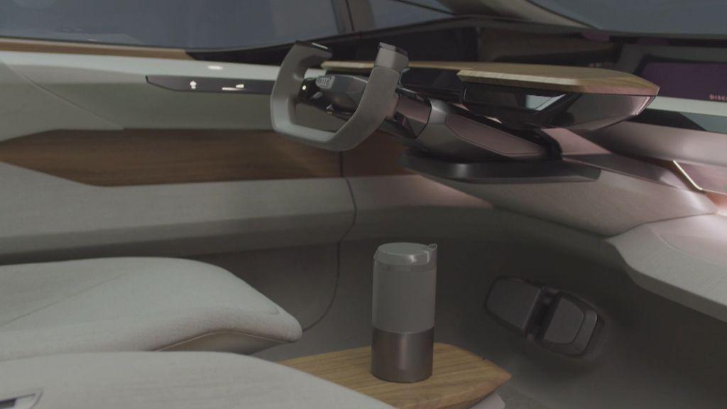 Audi y el futuro: Un coche eléctrico con conducción autónoma que da indicaciones a los peatones