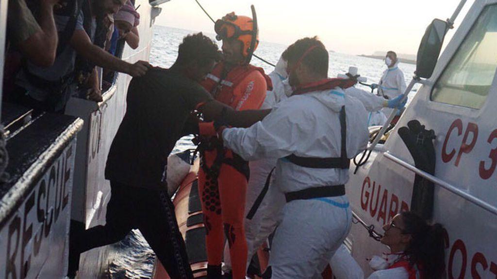 """Autorizan la evacuación a Lampedusa de cinco personas del 'Open Arms' """"por causas psicológicas"""""""
