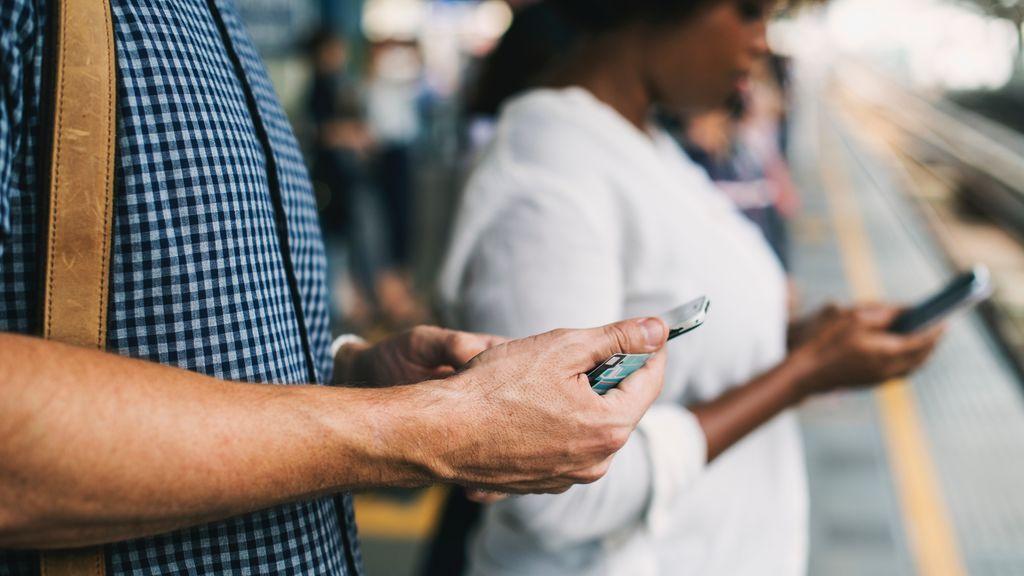 No regañes más a tus hijos: tú también estás enganchado al teléfono móvil
