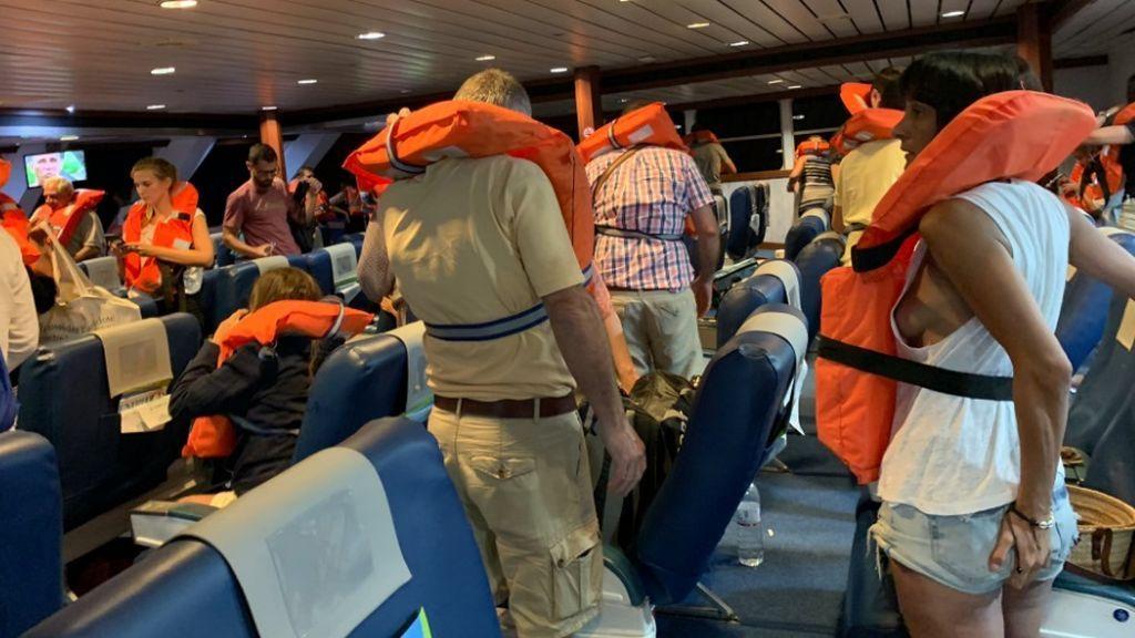 """Un ferri encalla en la escollera del puerto de Denia con 393 pasajeros a bordo: """"Hemos sentido pánico"""""""