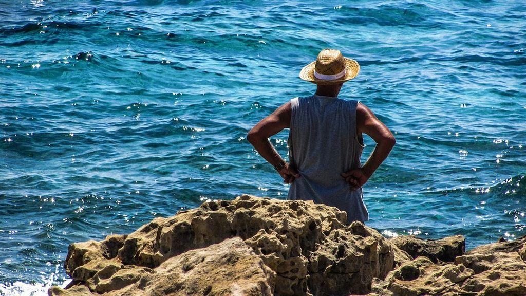 """Un anciano se vuelve viral mientras llora frente al mar: """"34 años después ha vuelto donde estuvo de niño"""""""