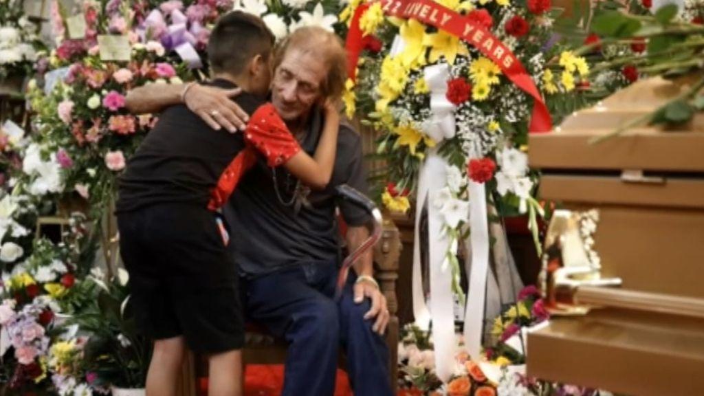 Miles de personas arropan al viudo de El Paso: su soledad conmovió a los ciudadanos, que asistieron al funeral de su esposa