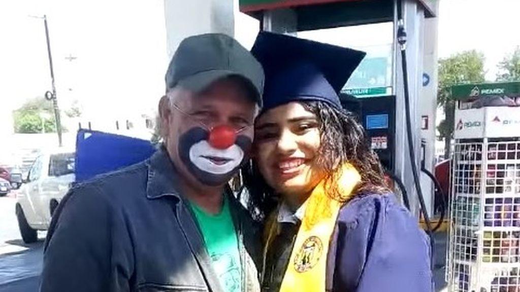 Cuando tus padres no pueden ir a verte: una joven sorprende a su padre en el trabajo tras graduarse