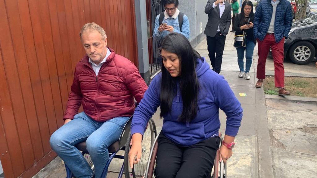 El alcalde de Lima recorre la ciudad en silla de ruedas tras ser desafiado por la paratleta Pilar Jáuregui
